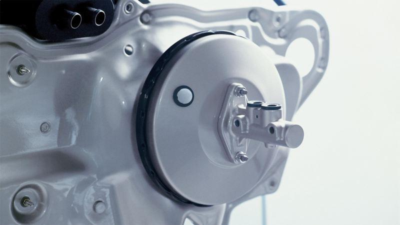 Abbildung der Bremsen eines Volkswagens mit Fokus auf den Bremskraftverstärker