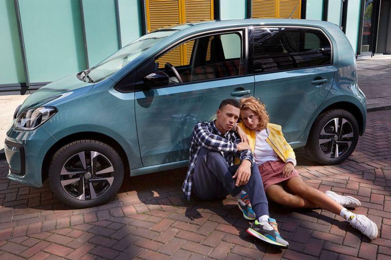 Un couple est assis devant une up! IQ.DRIVE.