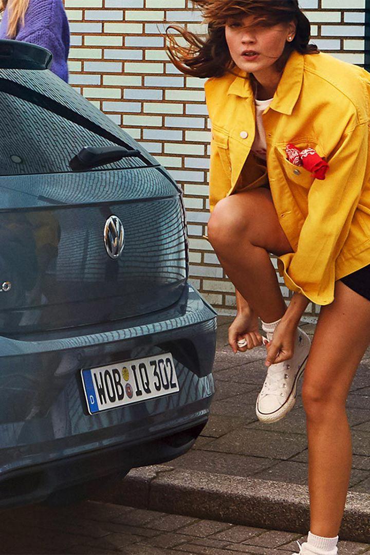 Frau bindet ihre Schnürsenkel hinter Polo IQ.DRIVE