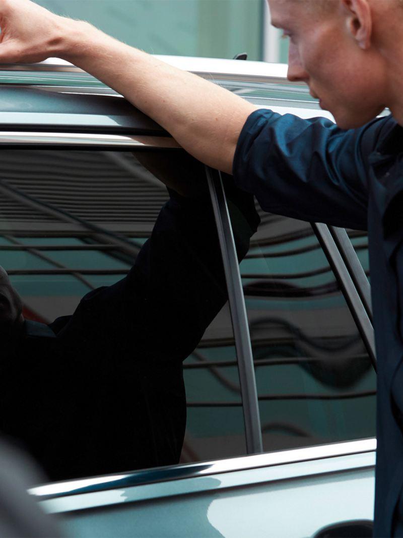 Mężczyzna patrzy na okno Tiguana Allspace IQ.DRIVE