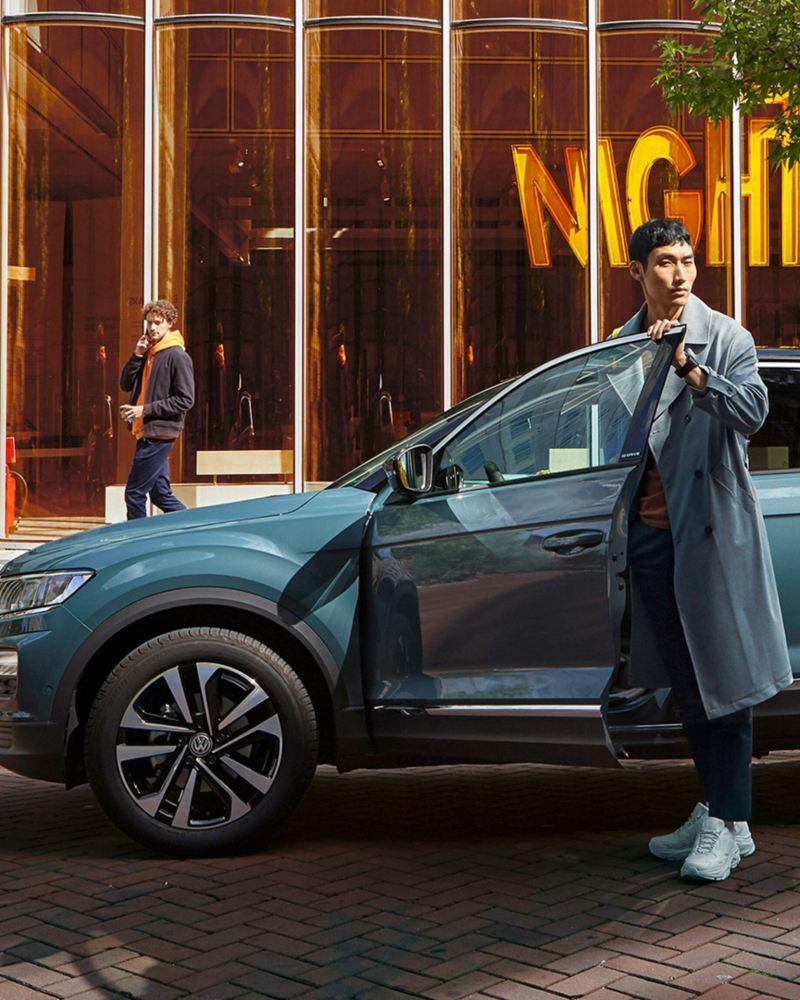 Mężczyzna stoi przed VW T-Roc