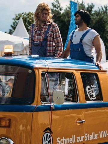 Um participante do Festival de Verão Pão de Forma 2017 com a sua carrinha modificada.