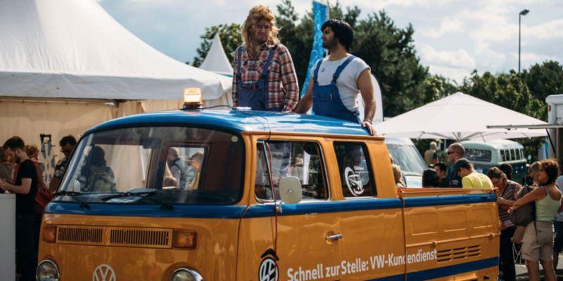 Besucher des Bulli Summer Festival 2017 mit ihrem umgebauten Bulli.