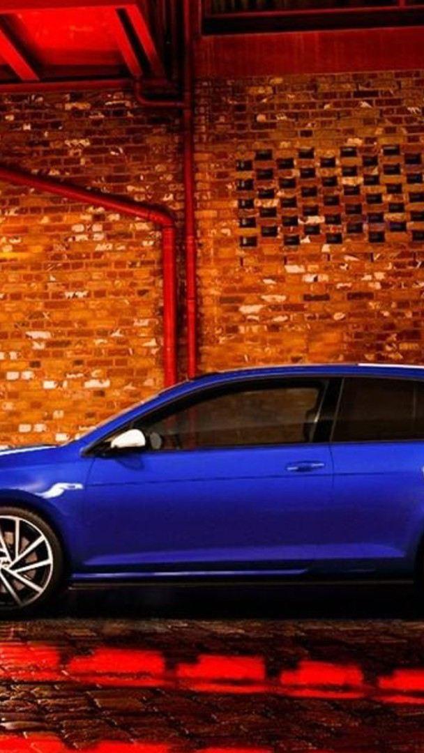 Conductor de carro Volkswagen siguiendo los mejores tips para conducir de noche