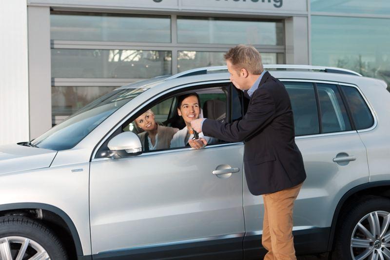 Auto saliendo de taller Volkswagen obteniendo el servicio de mantenimiento de carrocería y pintura