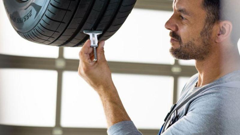 Mantenimiento de Volkswagen a autos durante COVID-19 - Técnico dando servicio a llantas de automóvil VW