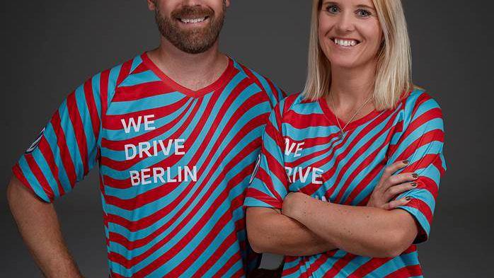 Martin Forsslund och Sofia Granfors från Svenska Volkswagen testkörde ID.3