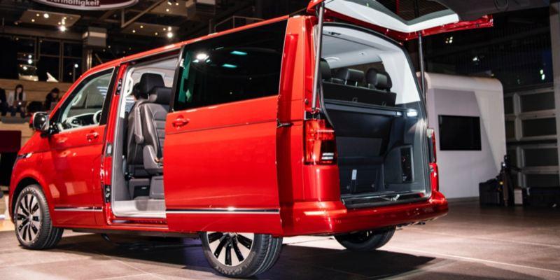 Der Multivan 6.1 von schräg hinten.