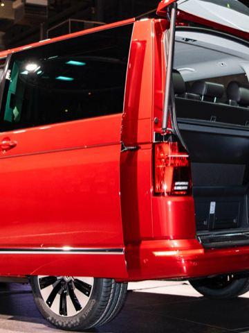 Volkswagen Utilitaires Multivan 6.1 rouge portes coffre ouvertes