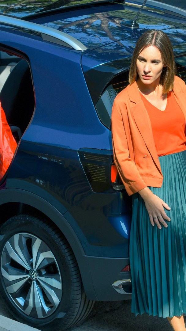 Nuevo T-Cross de Volkswagen, el mejor SUV de Latinoamérica estacionado con pareja recargada en su exterior