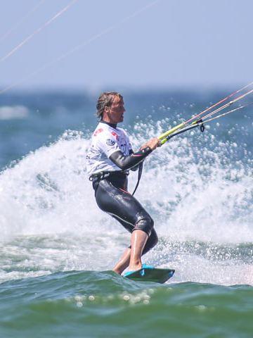 Zwei Kite-Surfer auf dem Wasser.
