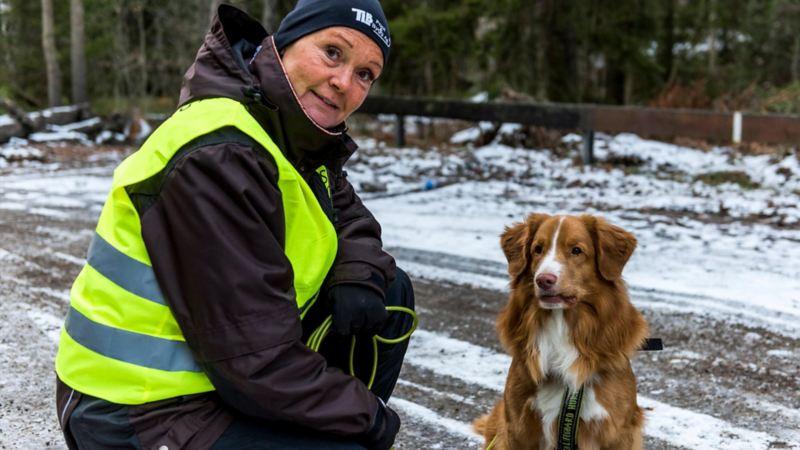 Carina Franzén och tollaren Rex, som är en av få Missing People-certifierade sökhundar.
