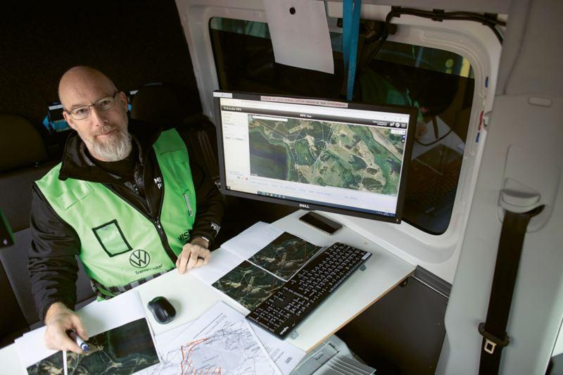 Robert Holmgren följer Missing Peoples sökare på skärmen tack vare en app i deltagarnas mobiler