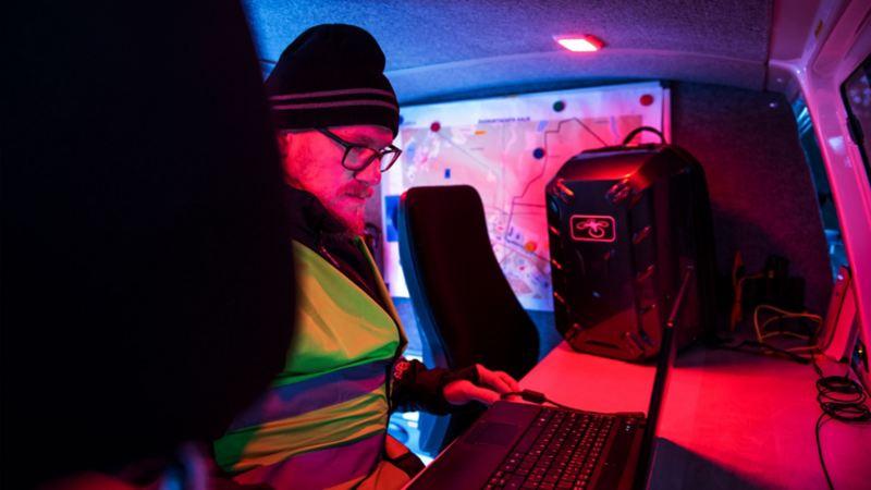 Den mobila sambandscentralen är guld värd, enligt Robin Tallstig. Rött mörkerljus – perfekt när man inte vill störa mörkerseendet.