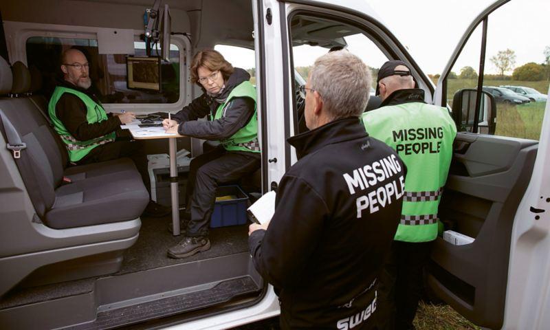 Robert Holmgren och Inna Sellberg i Missing Peoples sambandscentral där allt sökande organiseras och kontrolleras.