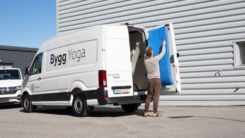Person som packar sin e-Crafter med yogatillbehör
