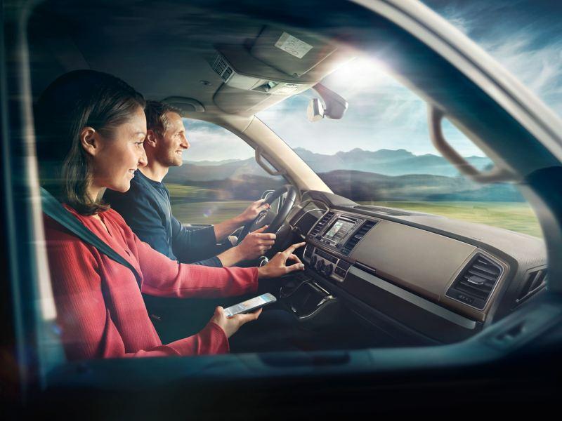 Homme et femme dans un véhicule volkswagen utilitaire