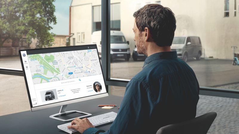 Ein Mann arbeitet an einem PC.