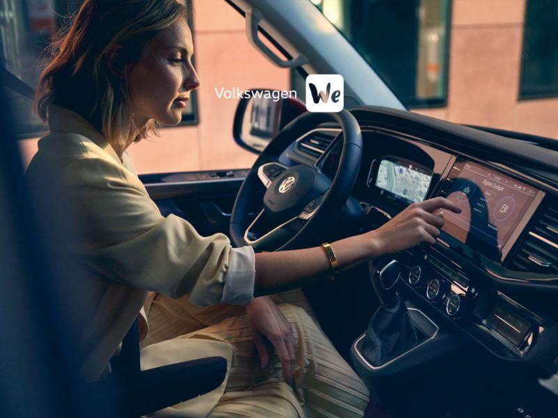 Una donna nella cabina di un veicolo.