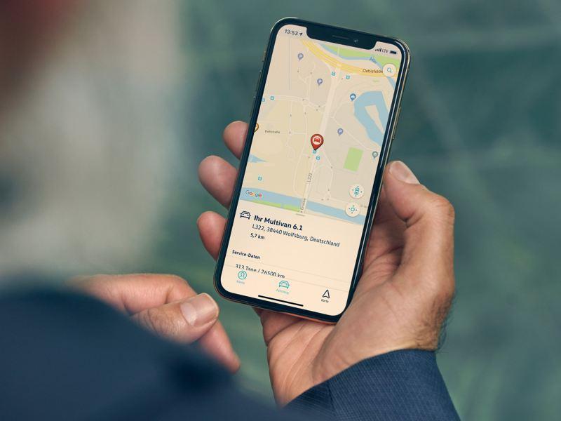 Auf dem Display eines Smartphones wird die Parkposition des Multivan 6.1 angezeigt.