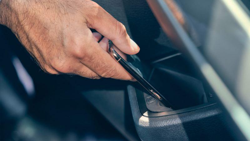 Volkswagen vw Caravelle interiør mobilholder førerhus smarttelefon hånd