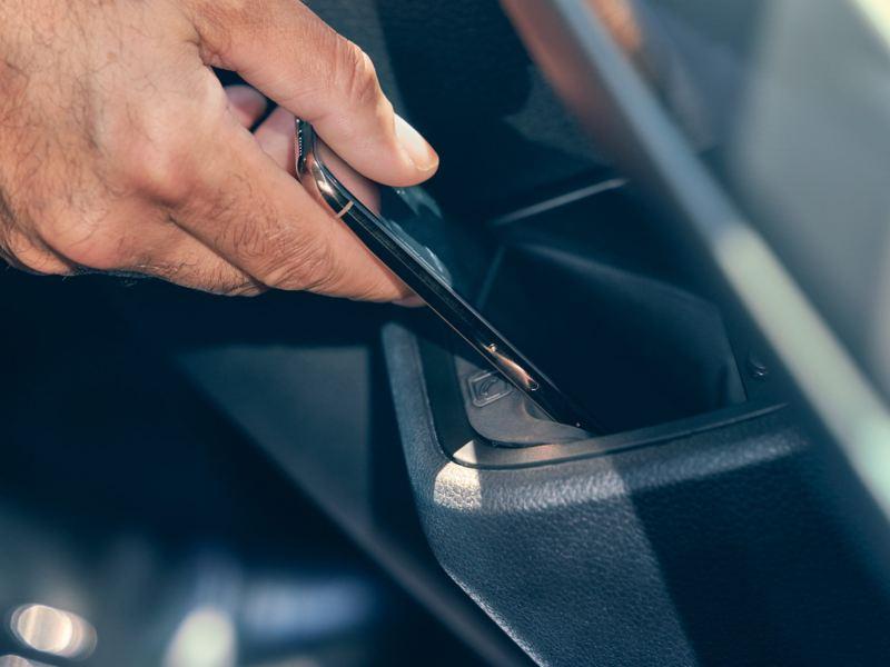 Stacja ładowania indukcyjnego dla smartfonów w Volkswagen Multivan 6.1.