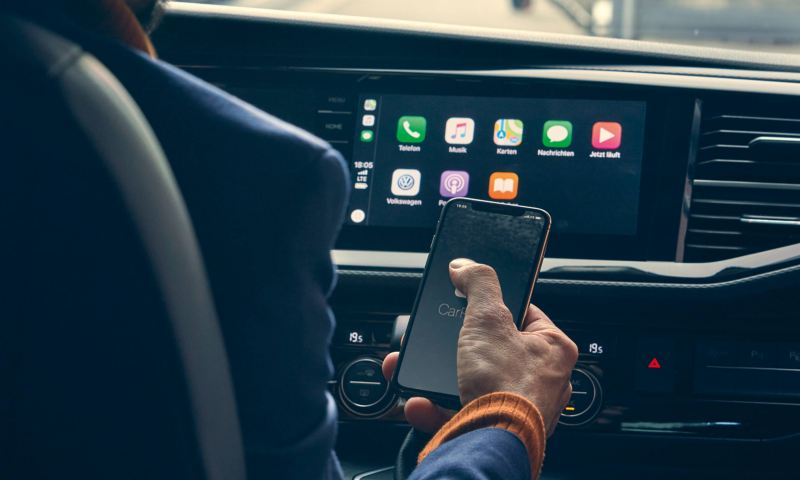Smartphone vor Apple CarPlay