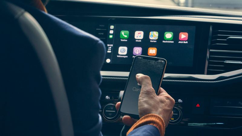 Smartphone devant Apple CarPlay