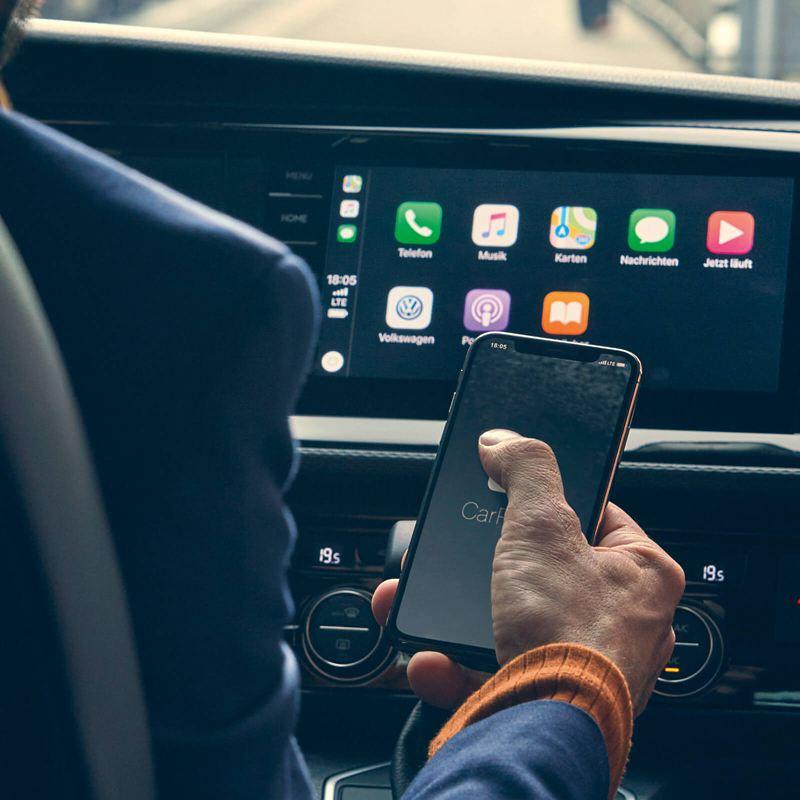Un smartphone devant Apple CarPlay.