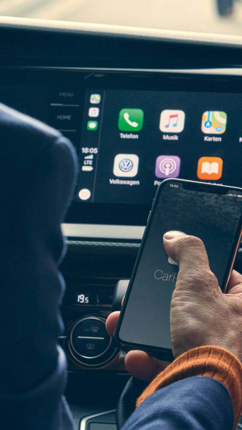 um smartphone com o sistema Apple CarPlay da Volkswagen.