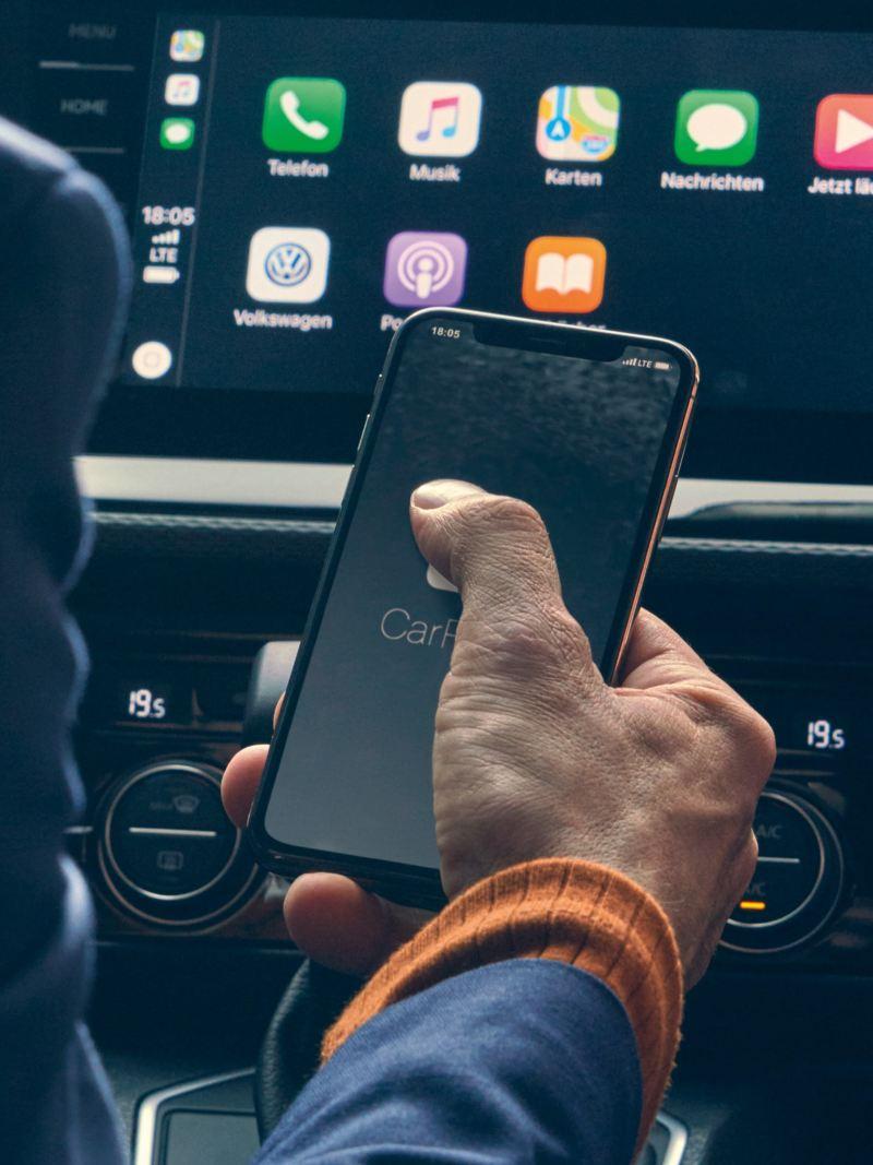Ein Mann startet We Connect an einem Smartphone.