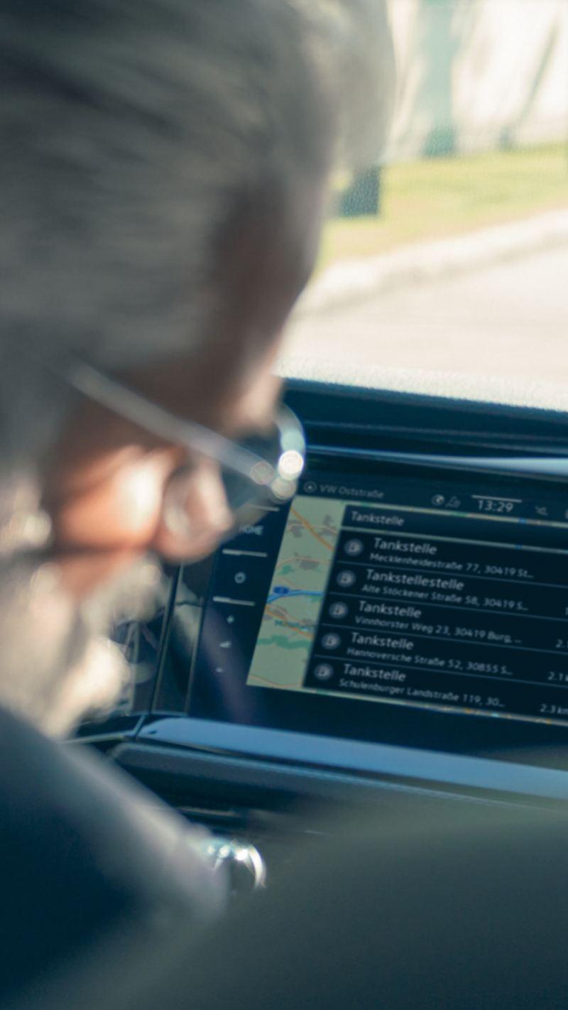 Man i en VW Transportbil med We Connect Plus i bakgrunden