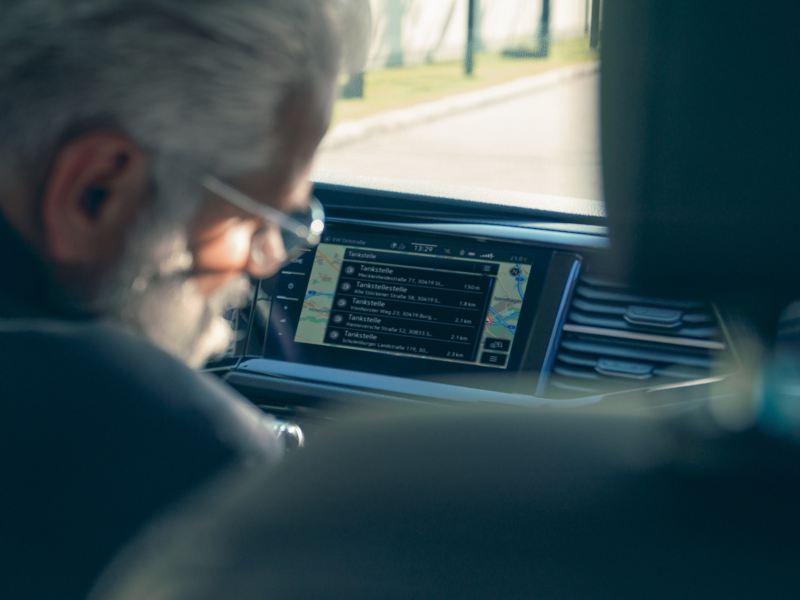 Ein Navigationsgerät zeigt das We Connect Online-Kartenupdate Feature.