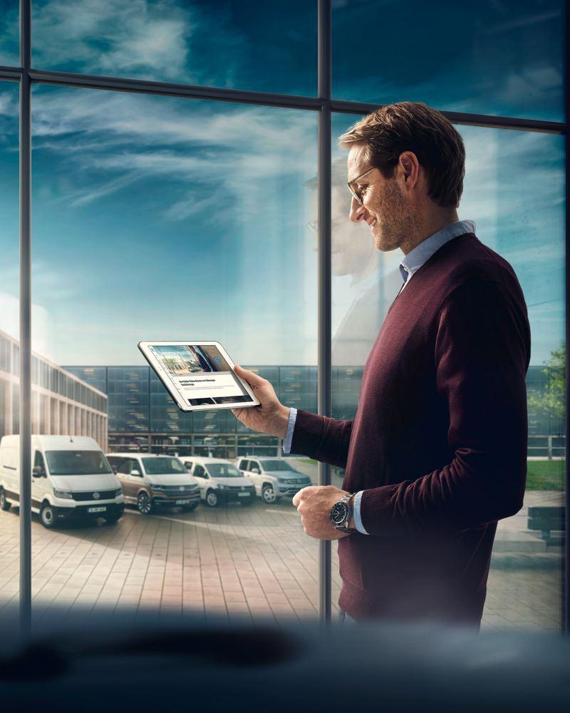 Ein Mann mit Tablet vor seiner Flotte.