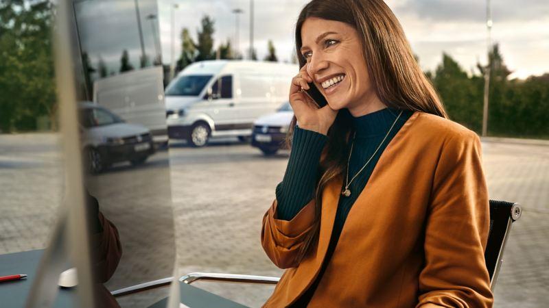Eine Frau telefoniert mit einem Handy.