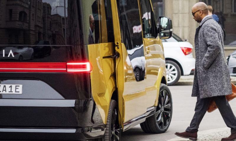 Ein Fahrgast steigt in ein MOIA-Fahrzeug.