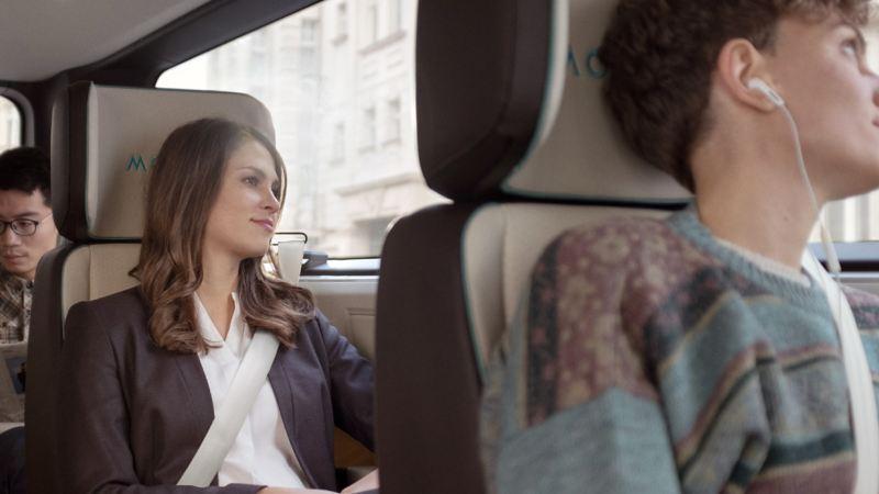 Fahrgäste sitzen entspannt in einem MOIA Fahrzeug.