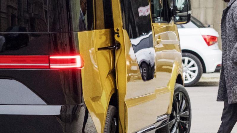 Mann steigt in ein MOIA-Fahrzeug.