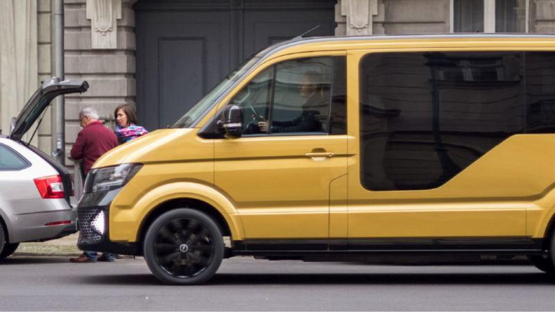 Ein MOIA Fahrzeug fährt durch die Stadt.