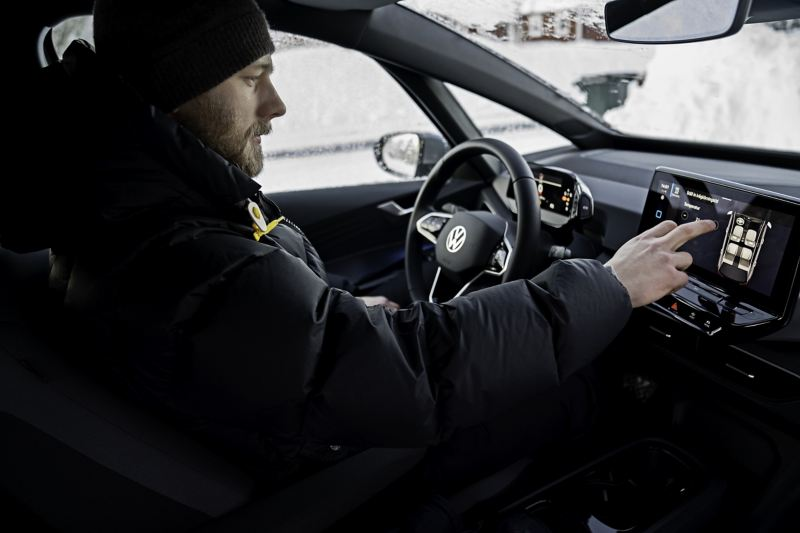 Oscar Möller sitter i Volkswagen ID.3