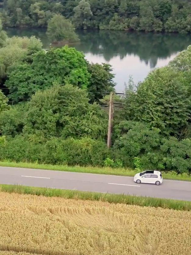 La e-up! roule sur une route près d'un fleuve
