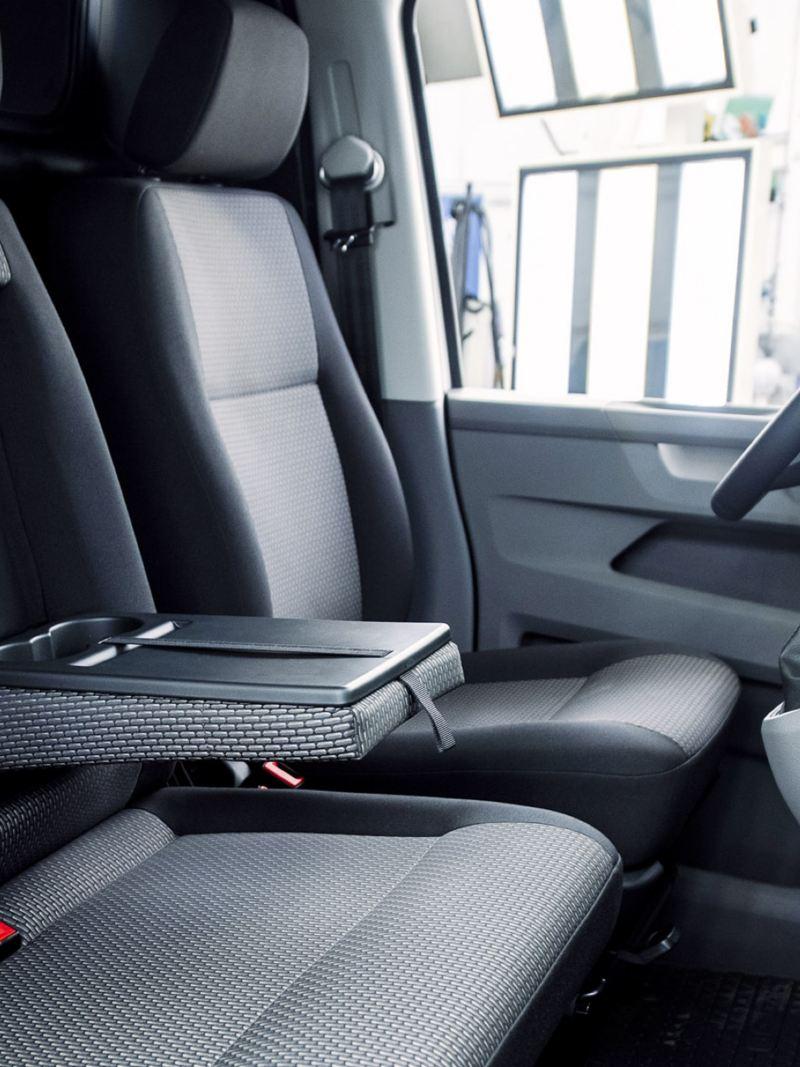 Nedfällbart armstöd med mugghållare i Volkswagen Transporter