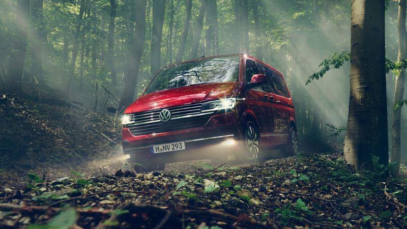 vw Volkswagen rød Multivan 6.1 Highline 7-seter familiebil minivan maxitaxi persontransport frontlykter LED 4x4 firehjulstrekk offroadkjøring skog natur