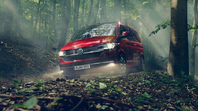 VW Multivan 6.1 minibuss kör på skogsväg