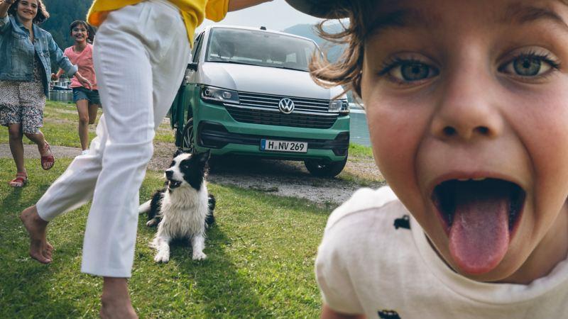 Barn framför en Multivan 6.1 minibuss