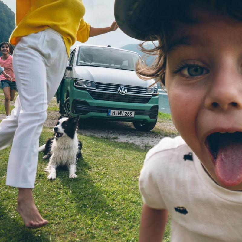 Lekande barn framför en Multivan 6.1