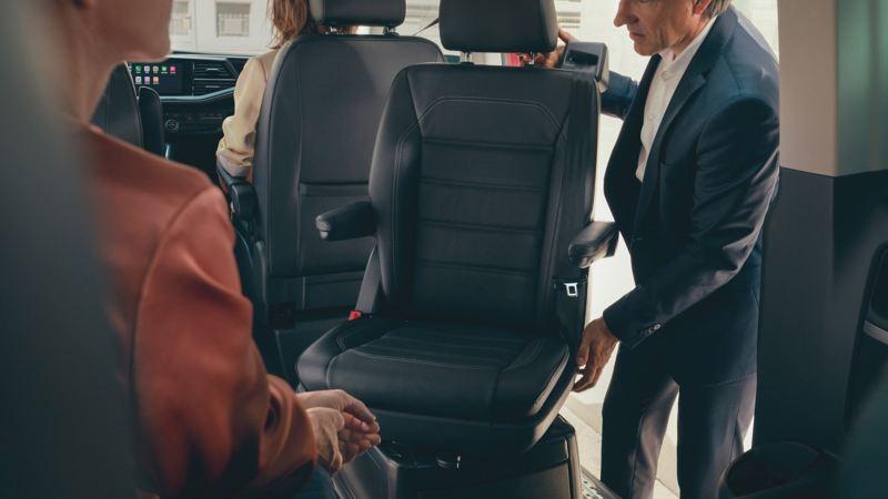 vw Volkswagen brun Multivan 6.1 Highline 7-seter familiebil minivan maxitaxi persontransport fleksible seteløsninger skinnesystem mann dreier på passasjersete