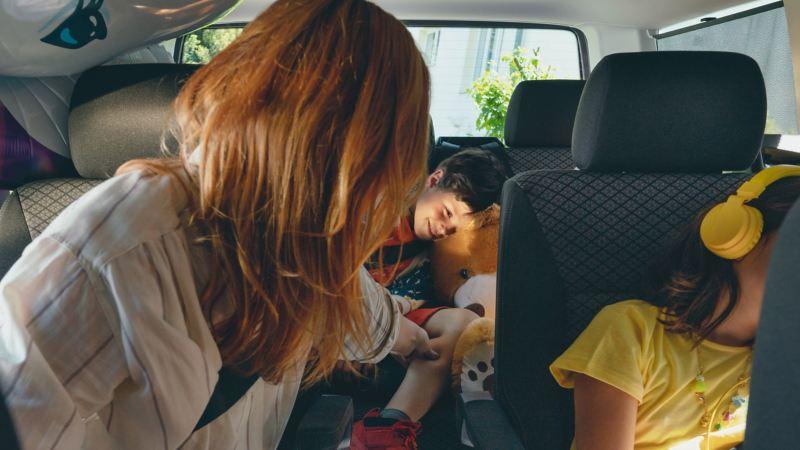vw Volkswagen Multivan familiebil minivan isofix varebil barn i bil biltur bilstol gutt bilsete isofix-fester airbag kollisjonspute søsken hodetelefoner