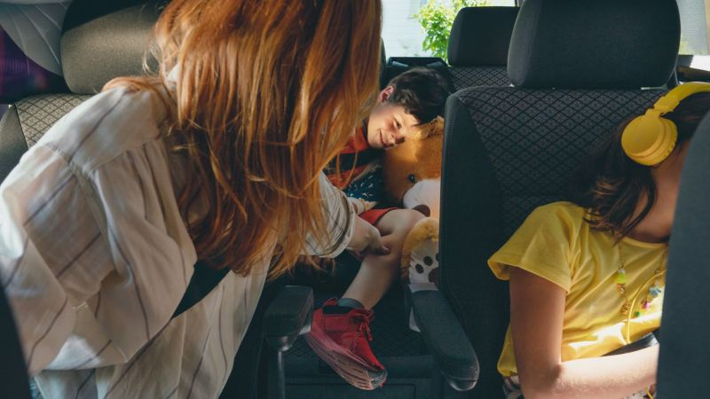 Familj i en VW Multivan minibuss