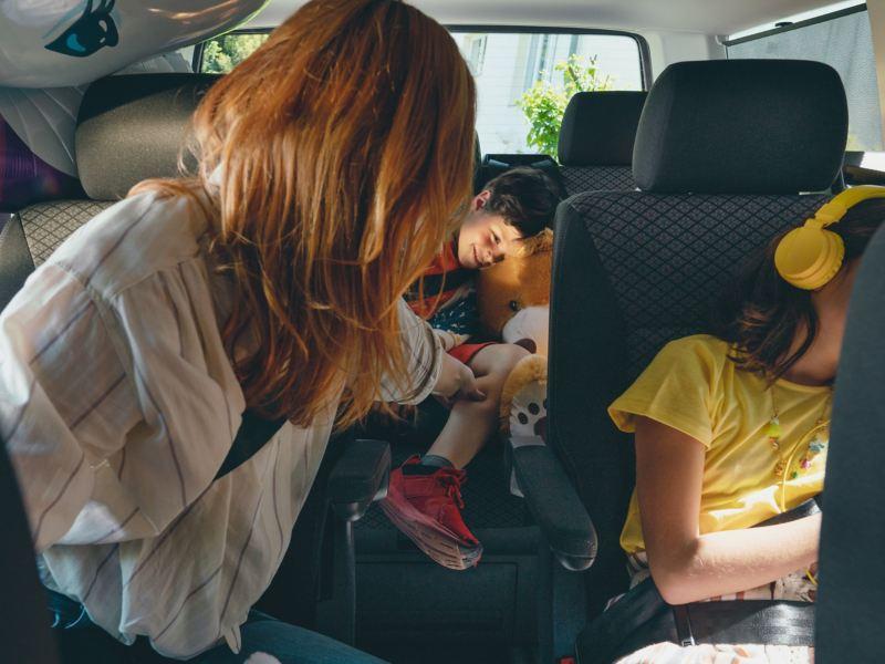 Eine Familie sitzt im Multivan 6.1.